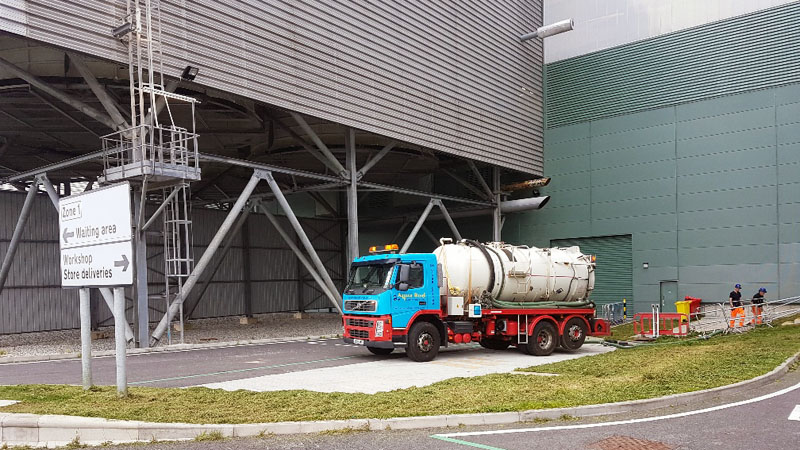 Commercial waste tank emptying vehicle